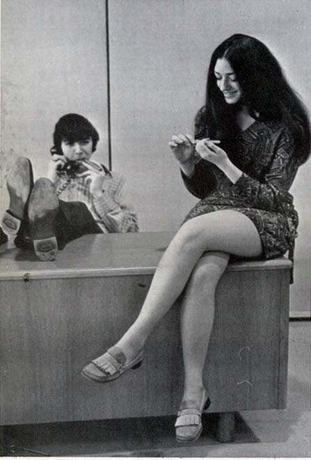 Девушка сидит положив ноги на парня видео, эксперименты з пиздой фото