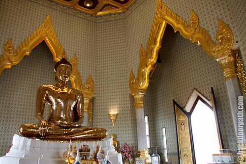 внутри Wat Traimit, Bangkok, Thailand