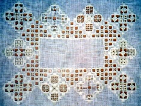 Выполняется вышивка по крупной сетке или в просветах удаленной ткани