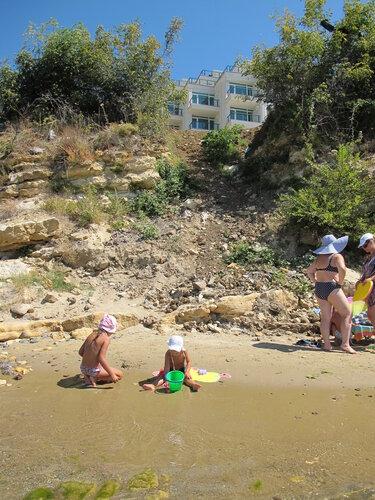 На пляже пописала в песок фото 520-503