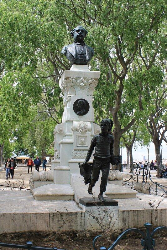 Lisbon. Garden of San Pedro de Alcantara. Lisboa, Jardim de São Pedro de Alcântara. Monument To Eduardo The Rabbit. José Eduardo Coelho monumento