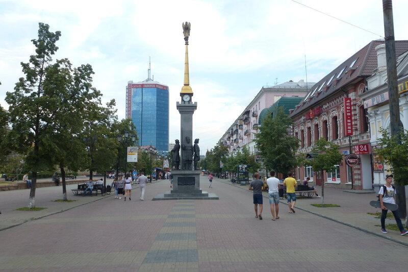 Пешеходная улица в Челябинске начинается с памятного знака с часами