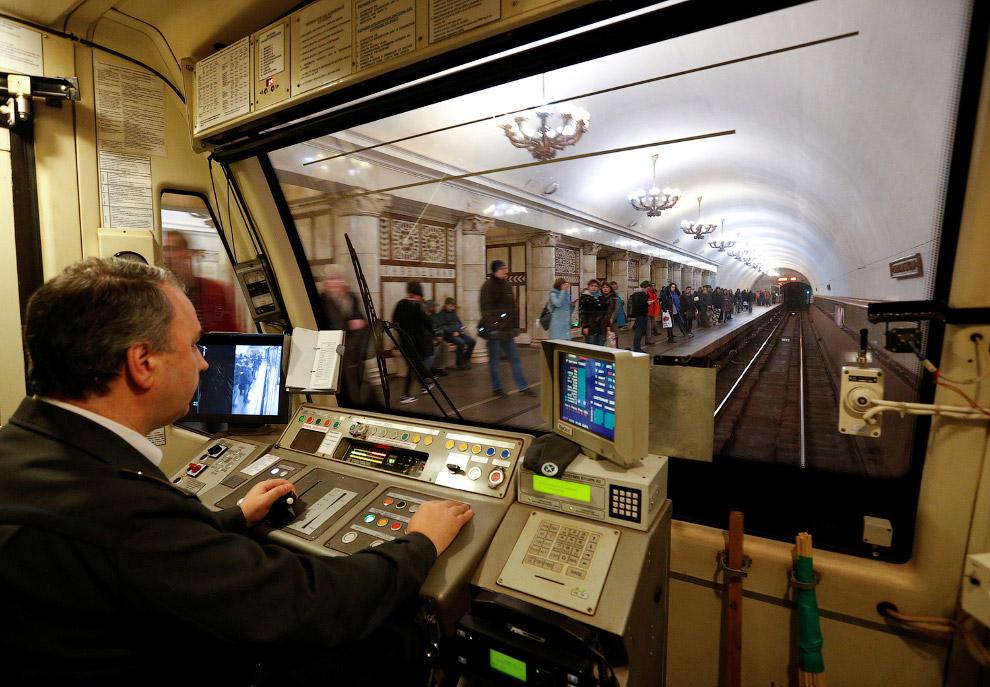 13. Станция метро «Баррикадная». Глубина заложения — 30 метров. Массивные, трапециевидные в про