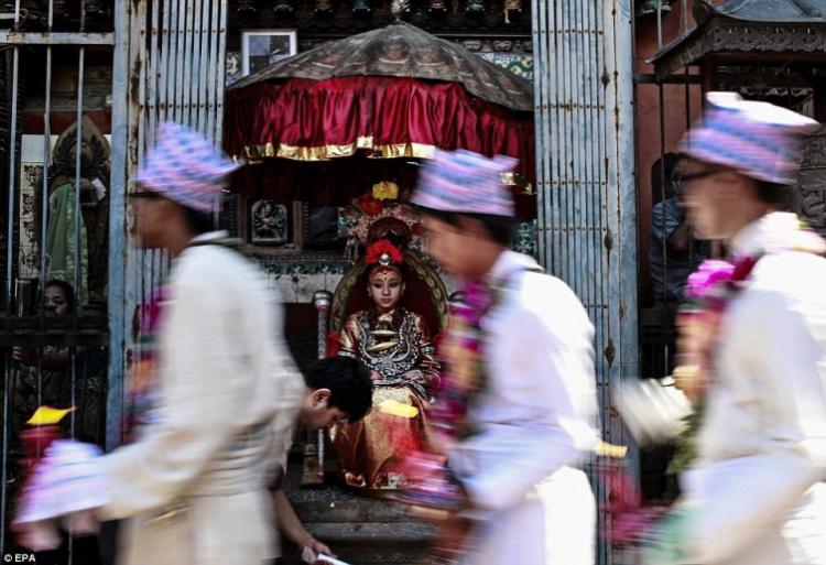 Кумари Самита Баджрачари одета в традиционную одежду для ее выступлений. Кумари часто наряжают