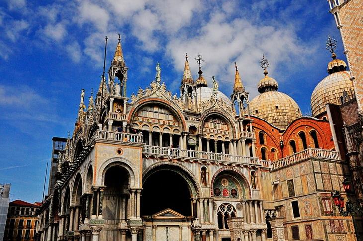 Собор Святого Марка— это кафедральный собор Венеции. Собор строили, расширяли, украшали в течен