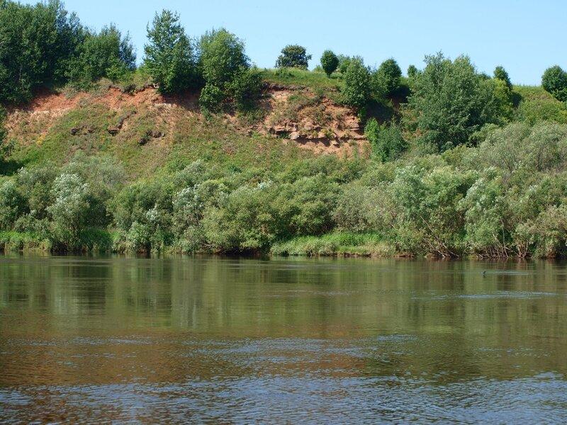 Красивые обрывистые берега реки Моломы недалеко от впадения в Вятку