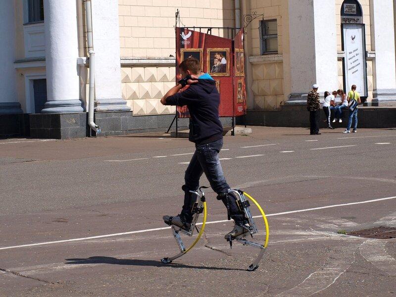 человек в копытах на Театральной площади в Кирове