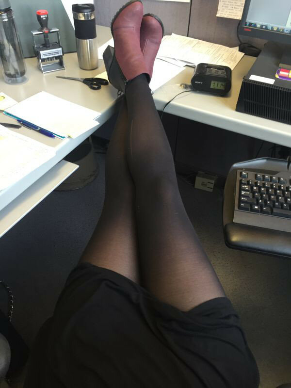 Ножки девушек под столом в офисе