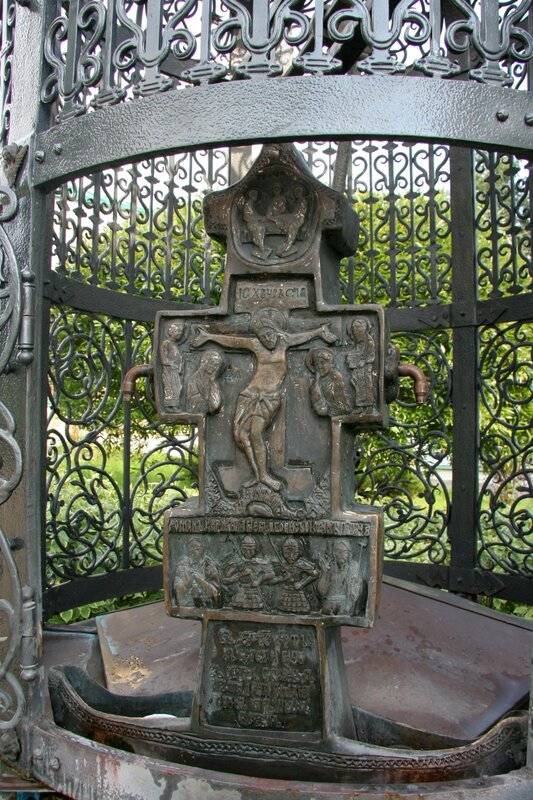Дмитров, Борисоглебский монастырь, Водосвятная часовня, крест
