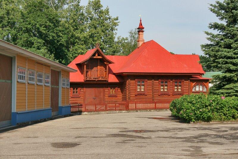 Дмитров, Борисоглебский монастырь, Хозяйственные постройки и Настоятельский дом