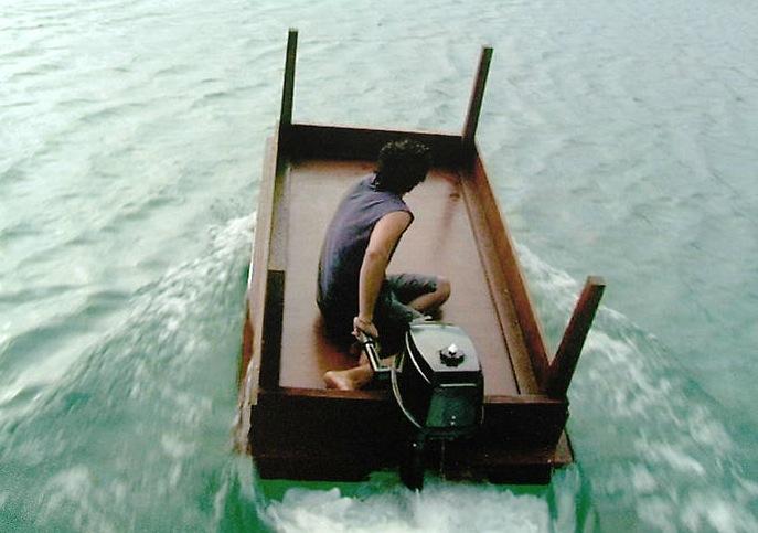 Перевернутый стол вместо лодки прикольные фото