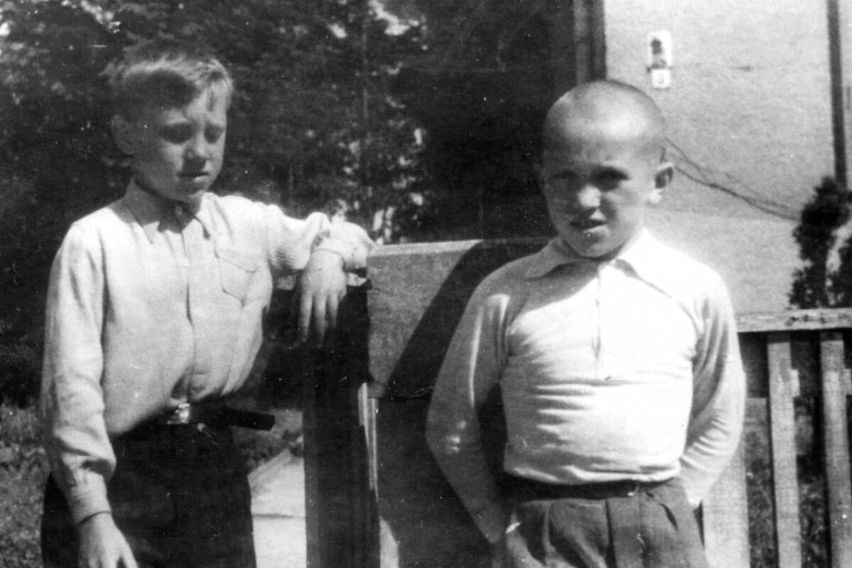 1948. Пионер 2«б» класса Володя Высоцкий и Виталий Бывшев в детском санатории города Бад-Эльстер (Германия)