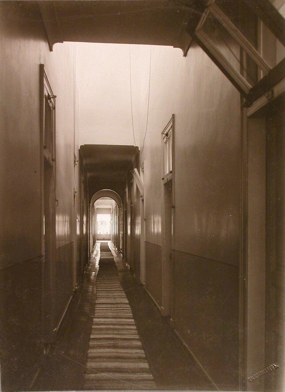 43. Вид части коридора верхнего этажа в здании богадельни
