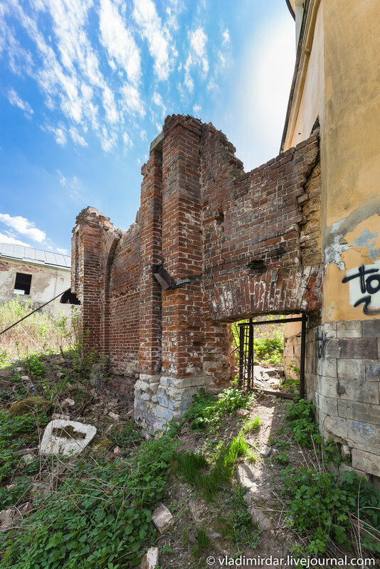 Часть разрушенной стены главного дома учадьбы Ивановское