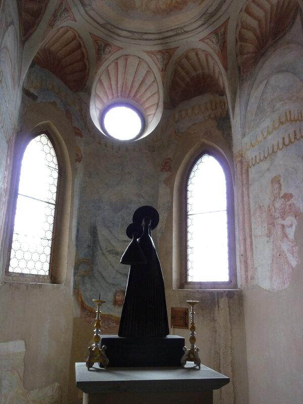 Странная статуя в замковой часовне