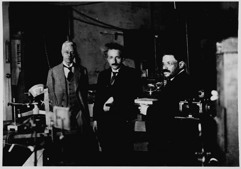 Эйнштейн в лаборатории Питера Зеемана (слева), Амстердам, 1920.