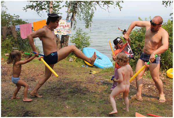 фото видео голые дети на море: