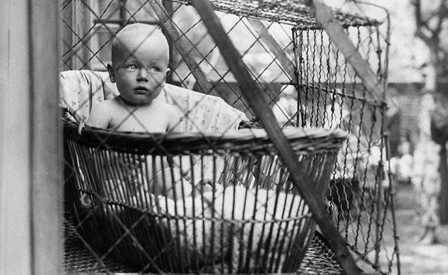 Дитина у клітці