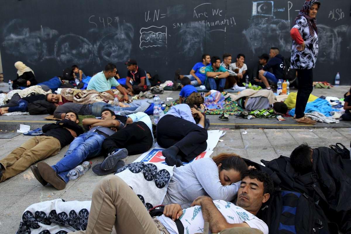 Штурм Будапешта: Мигранты с Ближнего Востока на ж/д вокзал венгерской столицы (4)