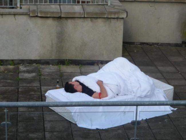 Мужик спит на улице прикольные фото