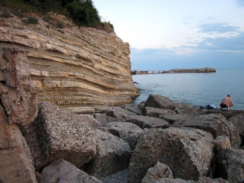 Скала уходит в море