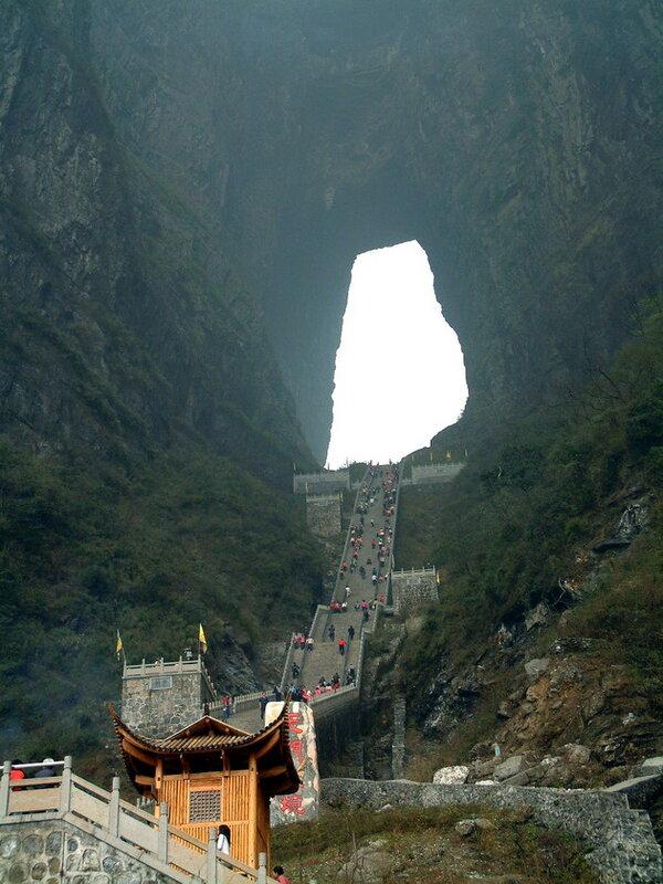 Пещера «Небесные врата» на горе Тяньмэнь. Китай