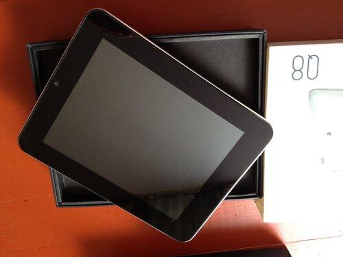 SmartQ Q8 собственной персоной, на фото, если не знать размеров, не отличить от iPad