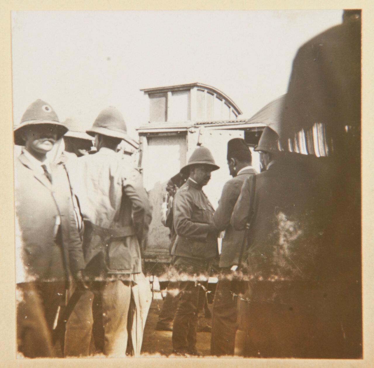 Полковник Уингейт (1861-1953) покидает поезд