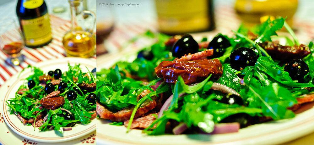 Салат из рукколы с оливками, вялеными томатами и салями.
