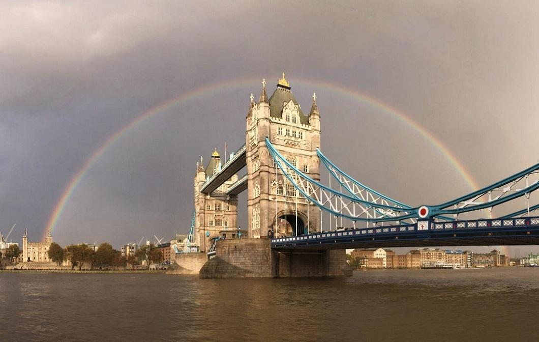 Potryasayushhij-vid-skvoz-steklyannyj-pol-Tauerskogo-mosta-v-Londone-8-foto