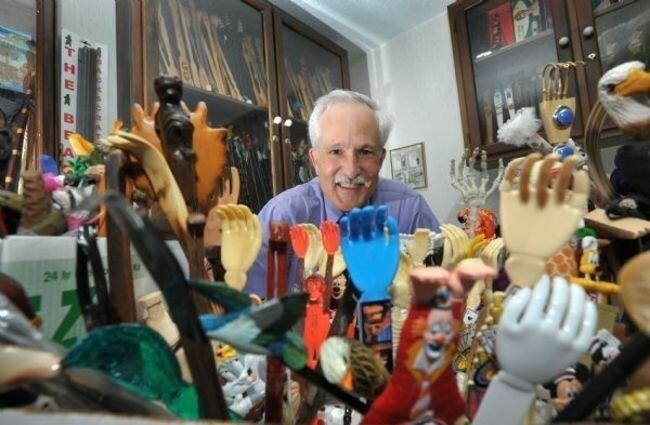 Если вы почешите спину дерматологу Манфриду С. Ротштейну (Manfred S Rothstein), он почешет вам спину одной из своих 675 чесалок для спины из своей рекордной коллекции, которая включает в себя предметы из 71 страны.