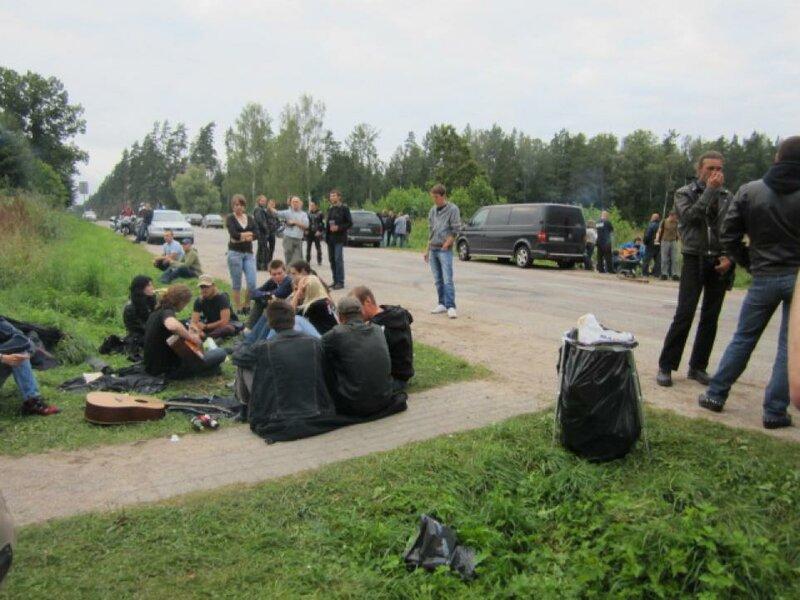 На месте гибели Виктора Цоя вновь собрались поклонники его творчества, Латвия, шоссе Слока-Талси, 15 августа 2012 года