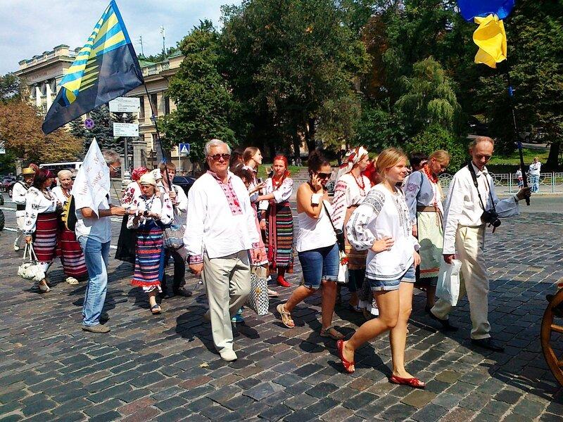 Участники Парада вышиванок на ул. Грушевского