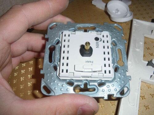 Фото 6. Пластиковая крышка диммера демонтирована. Открылся доступ к держателю предохранителей.