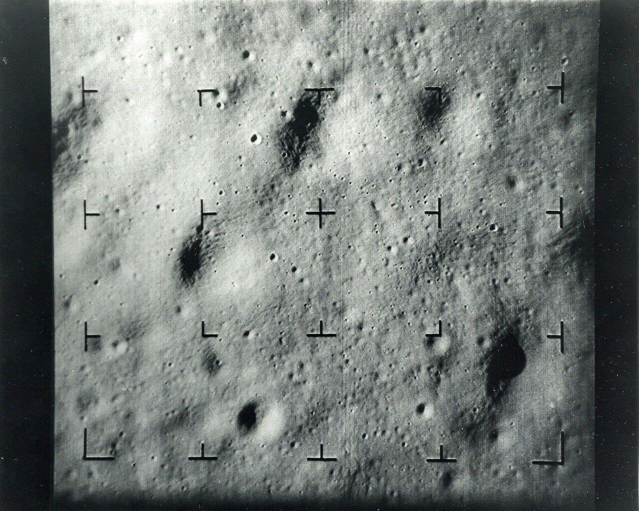 1965, март. Рейнджер-9  — американская автоматическая межпланетная станция, запущенная 21 марта 1965 г. Целью полёта Рейнджера-9 было получение детальных фотографий лунной поверхности в последние минуты полёта перед жёсткой посадкой.Поверхность кратера Альфонса с высоты 4,5 миль за 3 секунд до столкновение с Луной