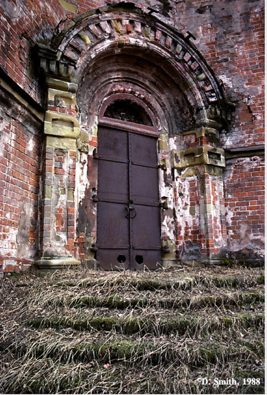 Богородице-Иркутская церковь во имя Казанской иконы Божьей матери. Дверь в церковь (ул. Баррикад, № 34)