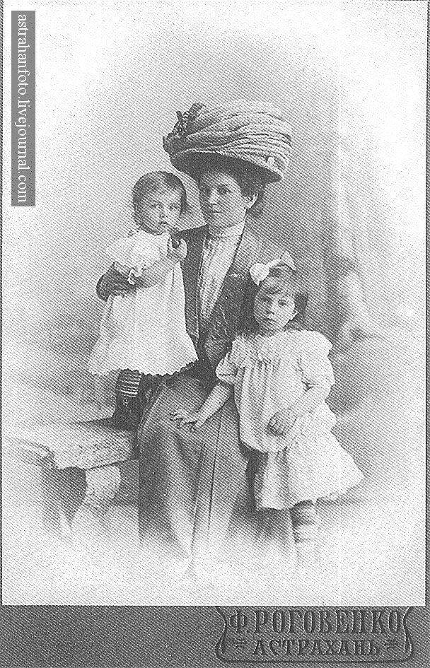 А.А. Чекмарева с Машенькой и Раечкой. 1910