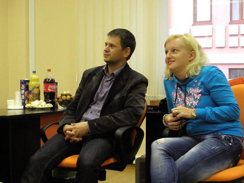 ЖЖисты делают вид, что слушают Дэвида и не замечают Колу, Живчик и печеньки, которые для них припасли в киевском офисе СУПа.