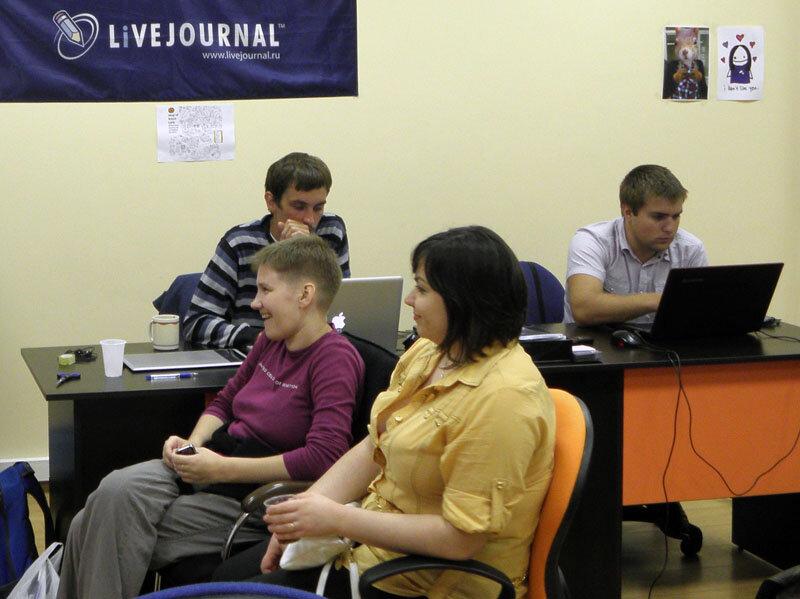 Рабочий день давно окончен, но сотрудники киевского офиса СУПа продолжают потеть на рабочих местах. Не видно только Маргариты. Это потому, что она соблюдает трудовую дисциплину, чтит КЗОТ и справляется со своими функциональными обязанностями в рабочее вре