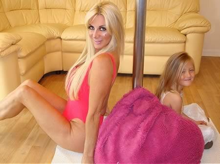 Семья мать обучает дочь сексу