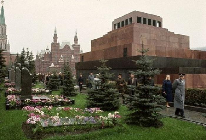 Могила И.С. Сталина. Пока без памятника, 1964 год.