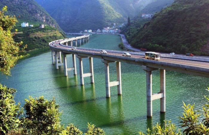 Китайски мост вдоль реки