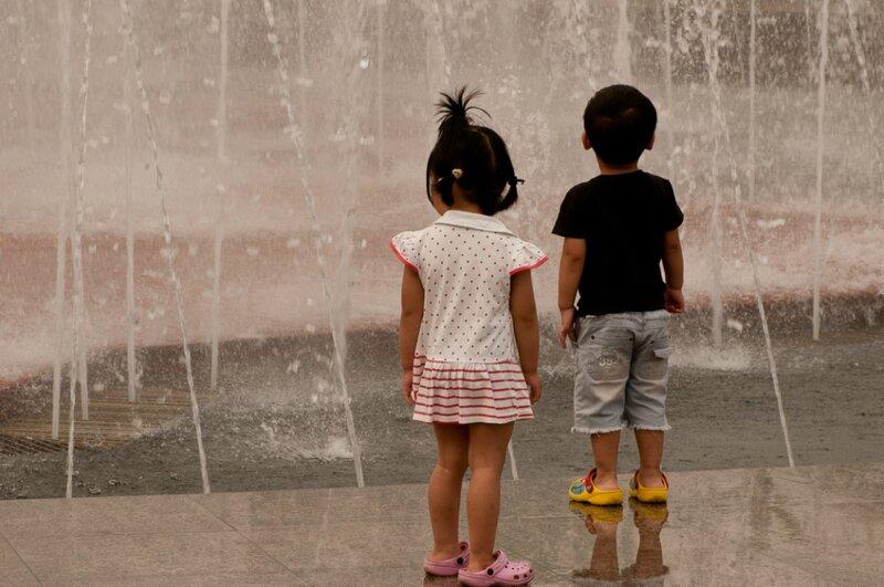 Дети и фонтан