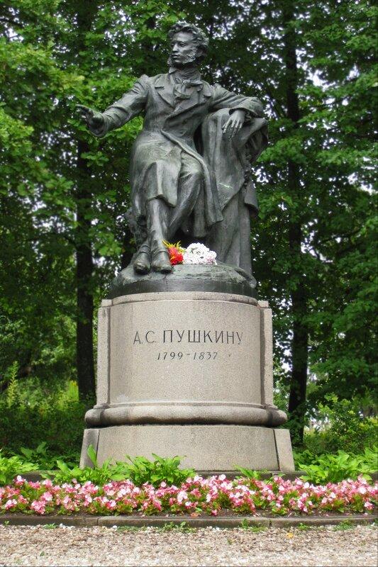 Пушкинские горы. Памятник А.С.Пушкину близ Святогорского монастыря