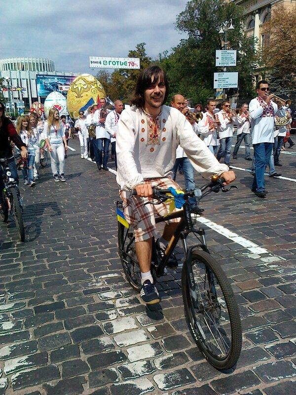 Участник Парада вышиванок на велосипеде