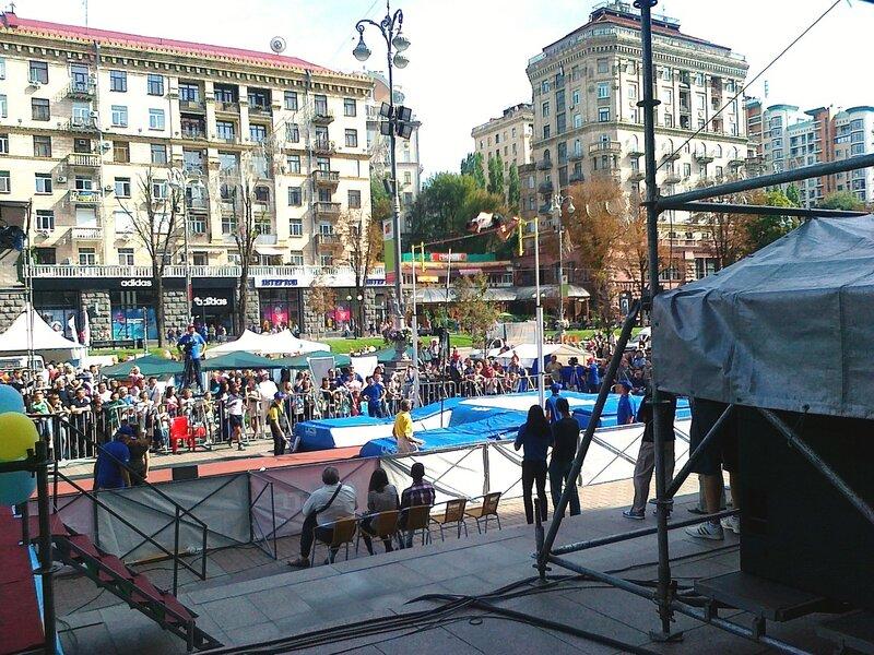 Прыжки с шестом под киевской мэрией