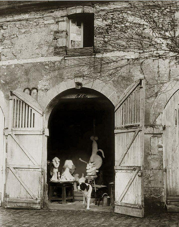 1932. Пиренеец Боб, собака Пикассо в его мастерской в Буажелу