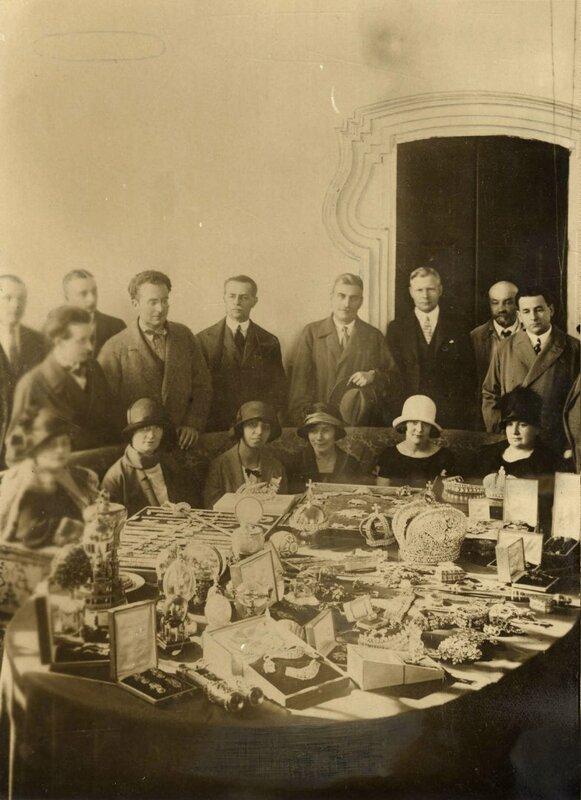 Русские драгоценности, короны, в том числе яйца Фаберже выставлены на обозрение для иностранных послов и прессы перед аукционом, 1925г.