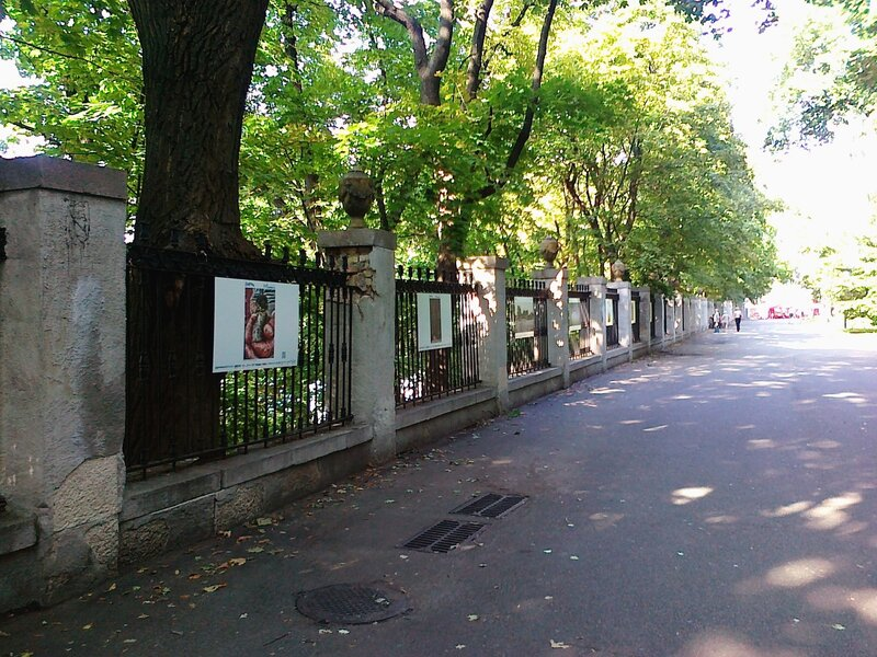 Выставка фото на ограде стадиона Динамо
