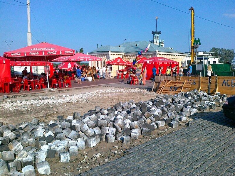 Демонтаж брусчатки на Почтовой площади